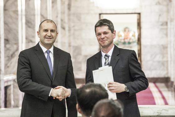 """Президентът Румен Радев връчва на Пауър Дрон ООД запазената марка """"Високи постижения в иновациите"""" на Фондация """"Приложни изследвания и комуникации"""", 30 януари 2020 г., Президенство"""